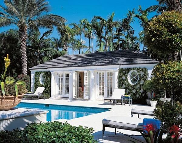 edicula branca com gramado e piscina
