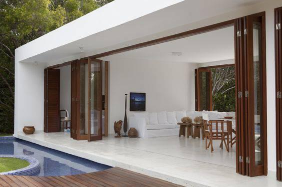 edicula casa na piscina com sofa e mesa