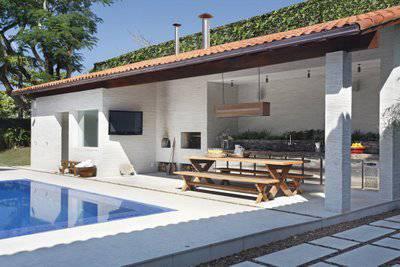 edicula com mesa de madeira e piscina