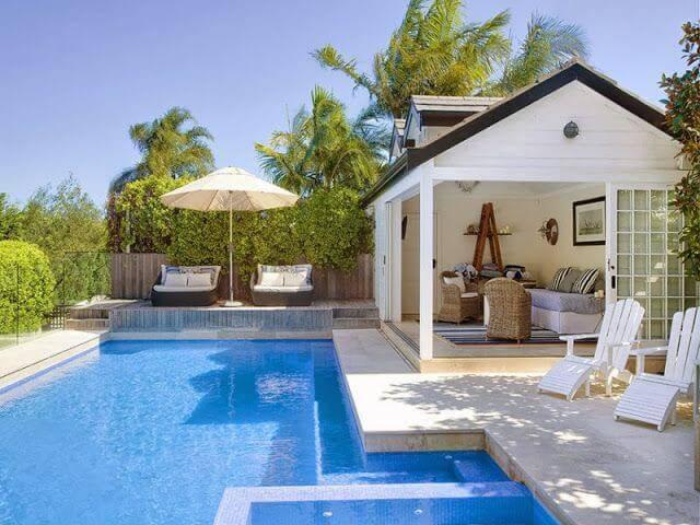 edicula de piscina com sofa e poltronas