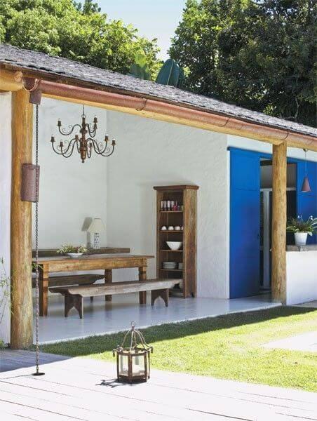 edicula rustica com porta azul