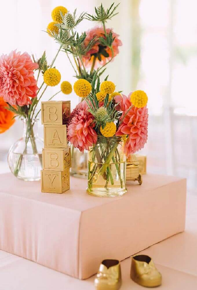 enfeites dourados para decoração de chá de fralda Foto Pinterest