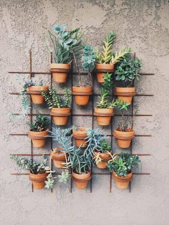 jardim suspenso com arames e vaso de ceramica
