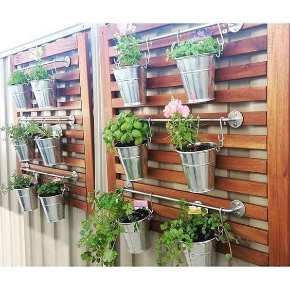 jardim suspenso com ganchos e madeiras
