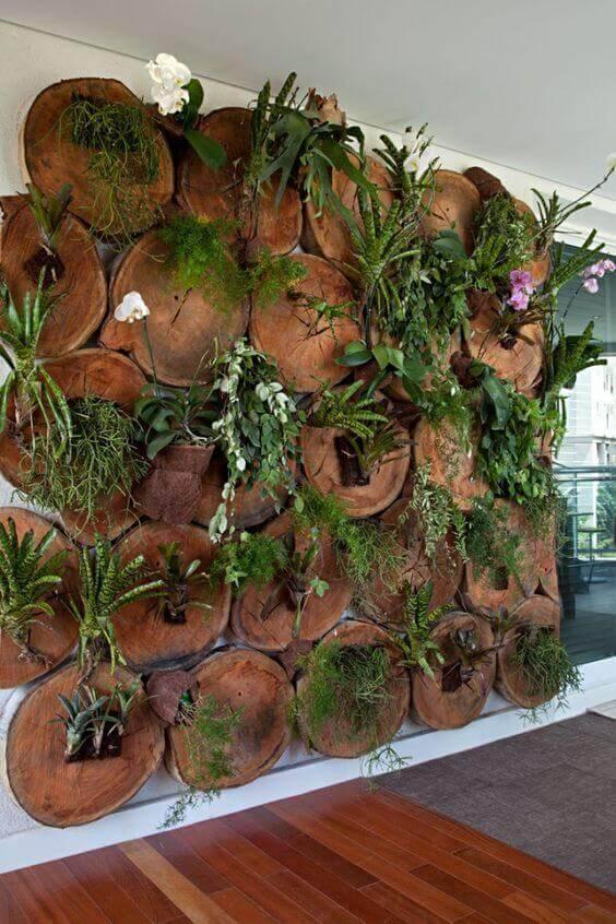 jardim suspenso com troncos de arvore