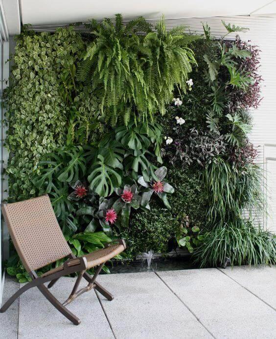 jardim suspenso com variedade de plantas