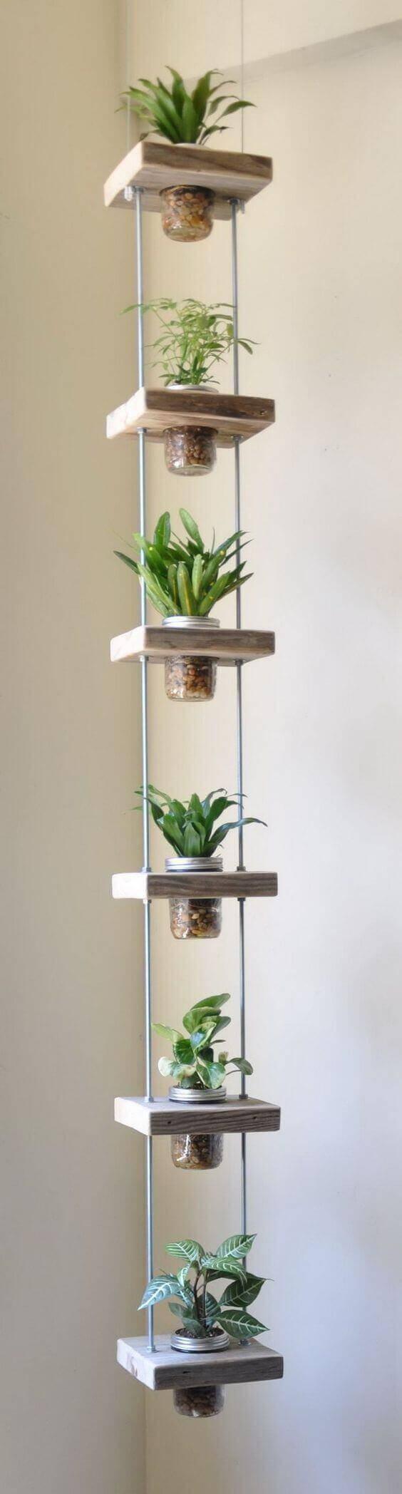 jardim suspenso pequeno com madeira e potes de vidro