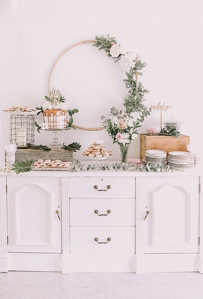 beautiful rustic decoration for baby tea with flower arrangements Foto Bird of Balance