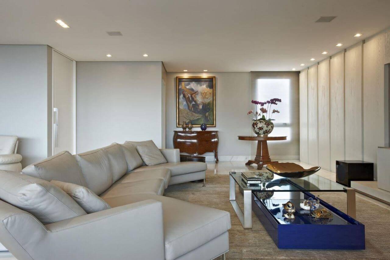 Sala de estar com mesa de centro azul e sofá grande