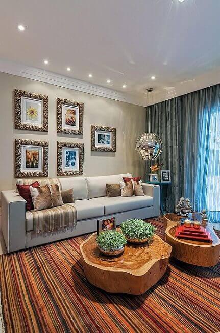 mesa de centro de madeira tronco sala de estar com tapete colorido manoela lust 36677