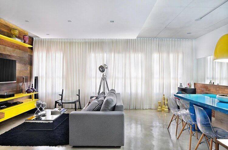 Mesa de centro espelhada com tapete preto