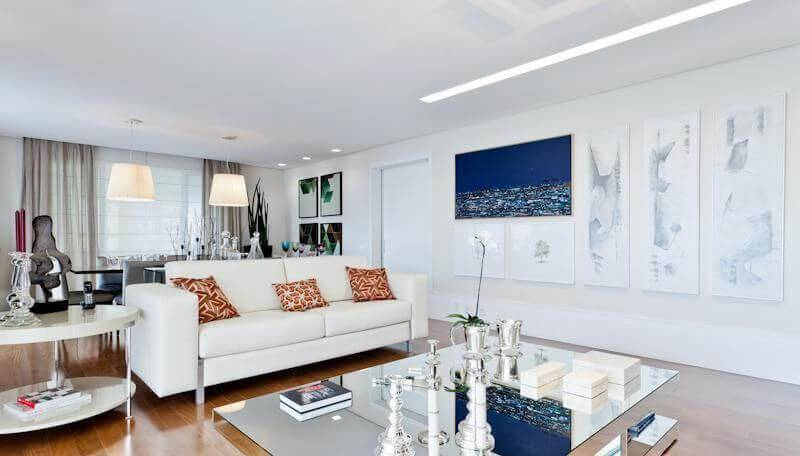 Mesa de centro espelhada complementa a decoração clean