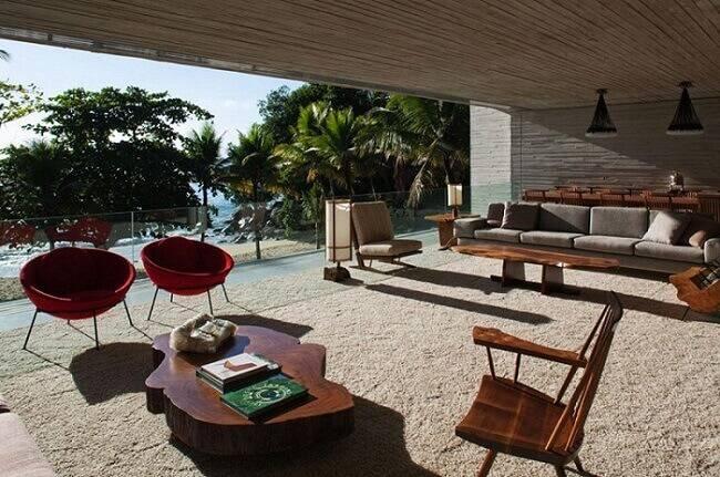Mesa de centro feita de tronco de madeira para varanda coberta