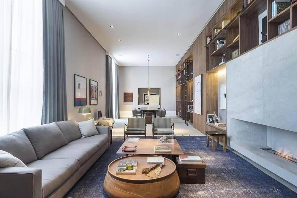 Mesa de centro com design mesclado compõe a sala de estar