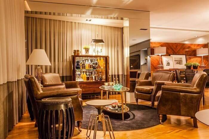 Mesa de centro oval compõe a sala de estar com poltronas