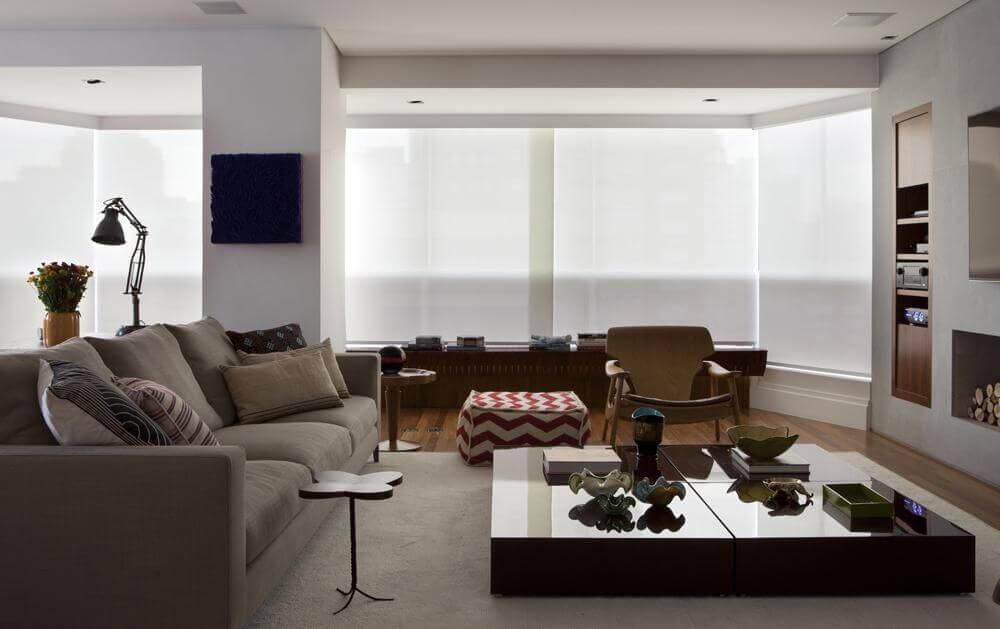 Mesa de centro quadrada baixa compõe a sala de estar