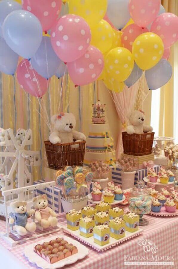 baby tea table decorated with teddy bears and colorful balloons Photo Gigi Art and Parties