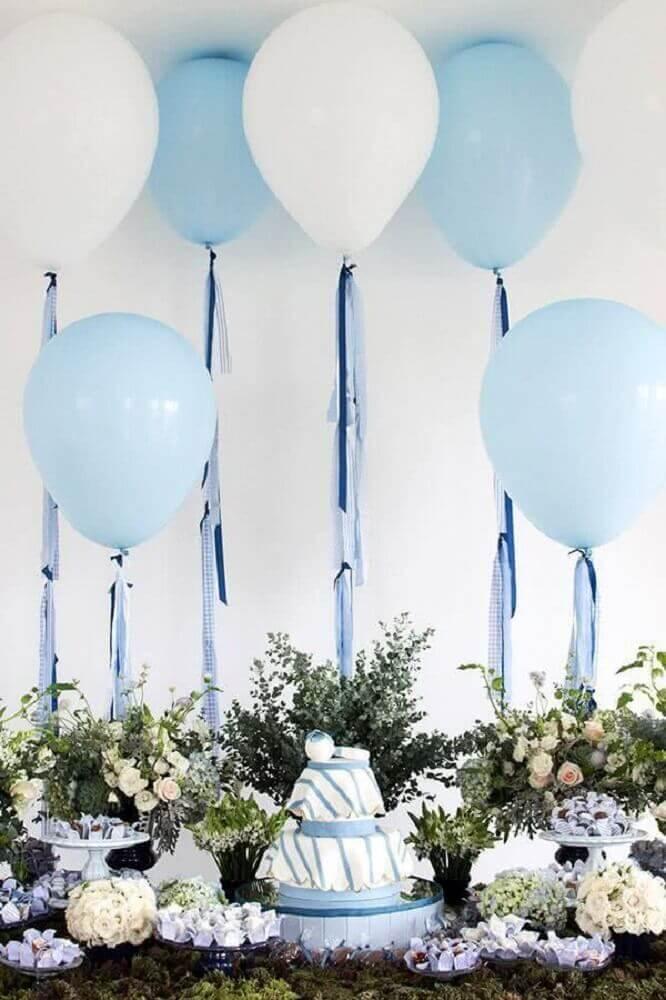 mesa de chá de bebê menino decorada com arranjos de flores e balões brancos e azuis Foto Pinterest