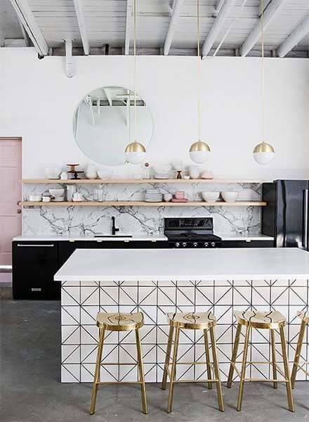 papel de parede para cozinha balcao geometrico com bancos