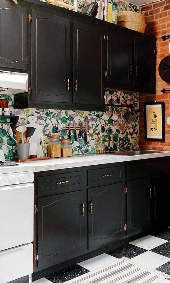 papel de parede para cozinha folhagens armarios pretos
