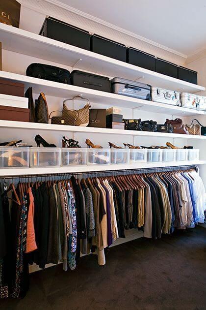 Closet pequeno com sapatos e bolsas