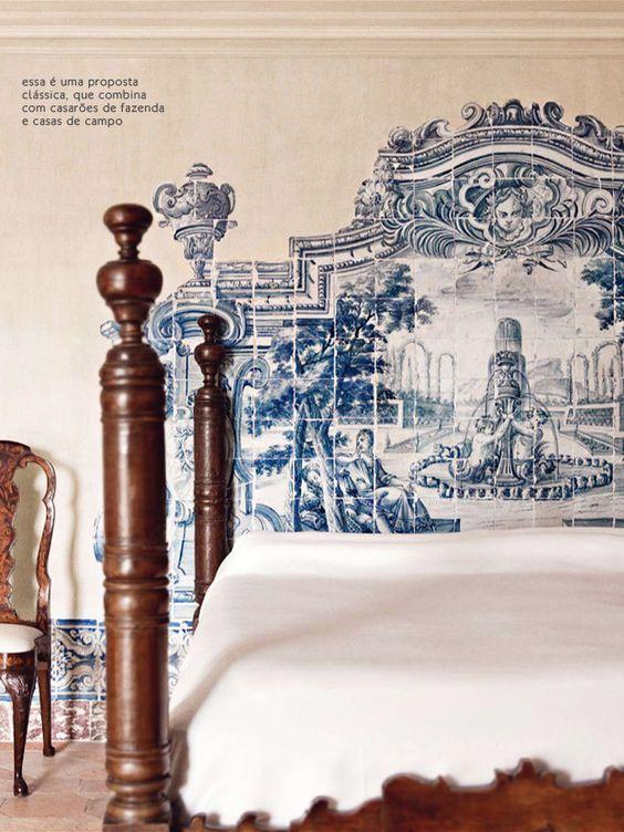 Quarto com azulejo português na cabeceira