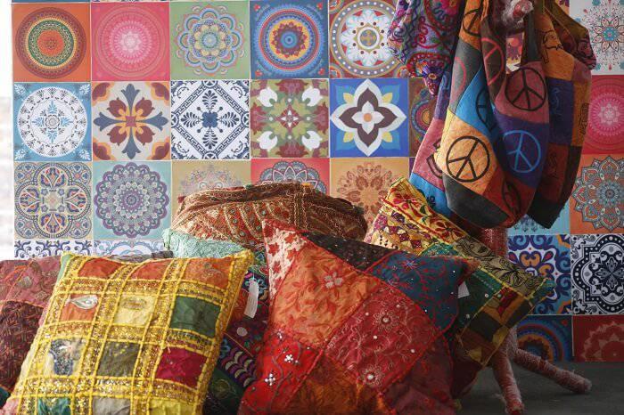 quarto hippie com almofadas coloridas