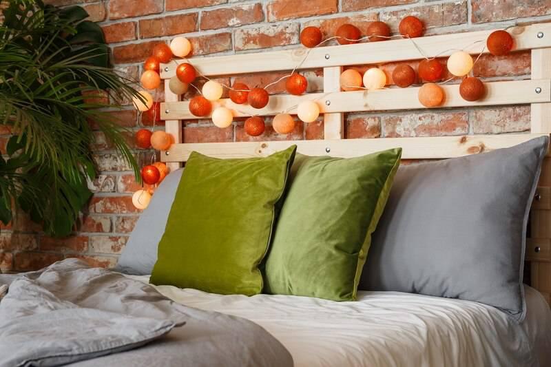 quarto hippie com almofadas verdes
