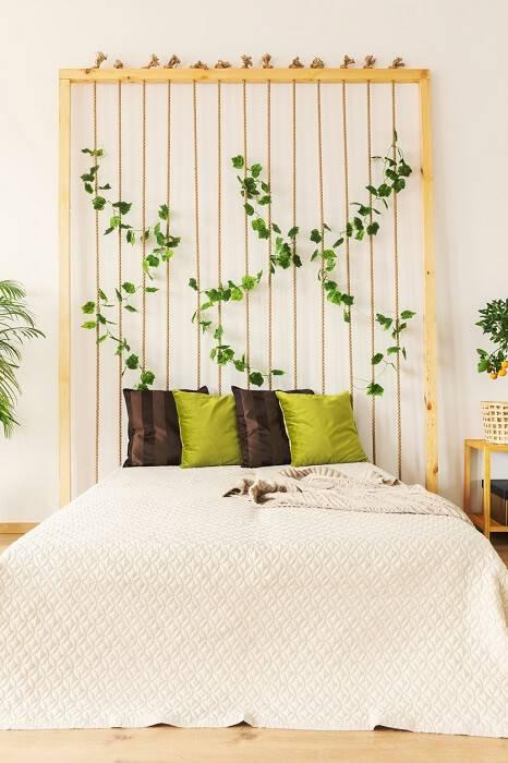 quarto hippie com cabeceira com plantas