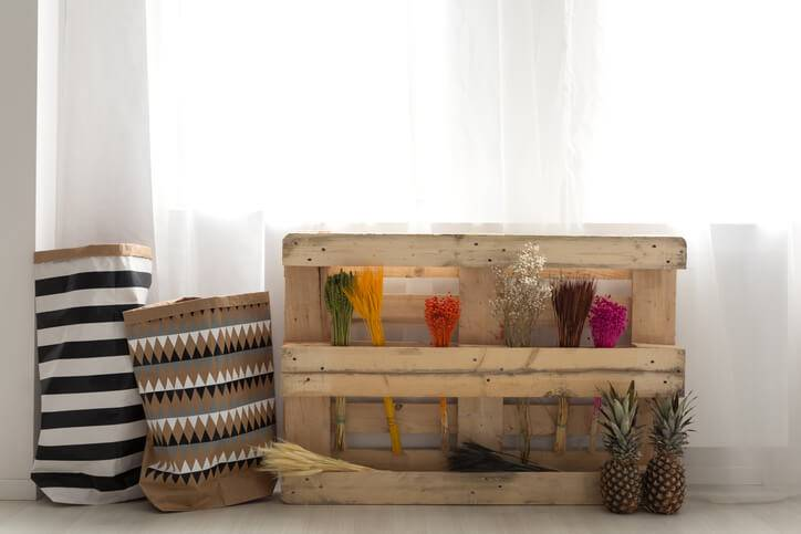 quarto hippie com caixote de madeira