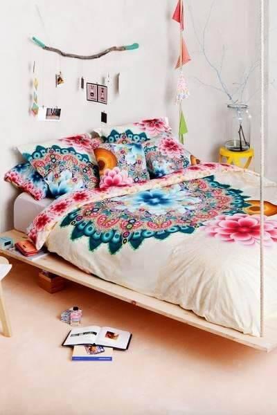 quarto hippie com colcha branca e azul