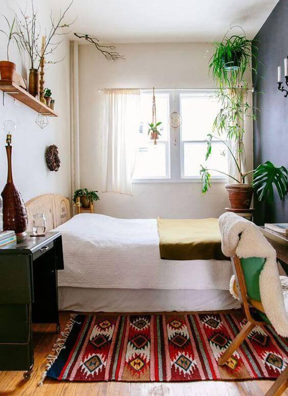 quarto hippie com colcha branca e plantas