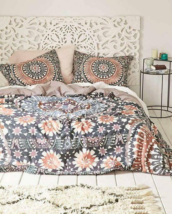 quarto hippie com colcha colorida de mandala