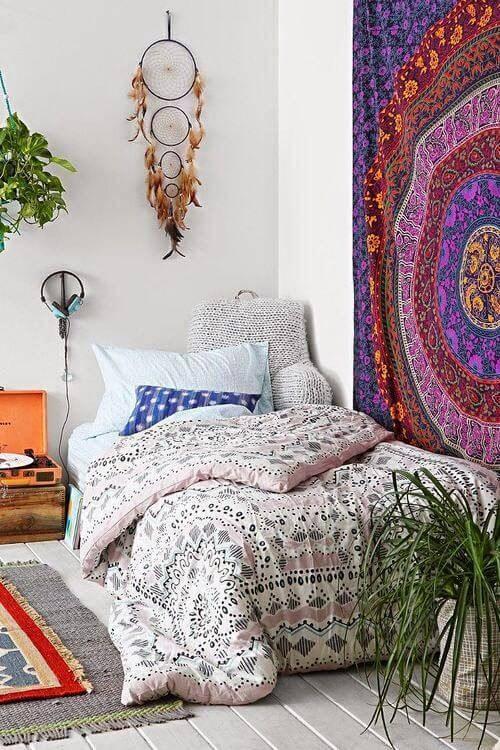 quarto hippie com filtro dos sonhos na parede