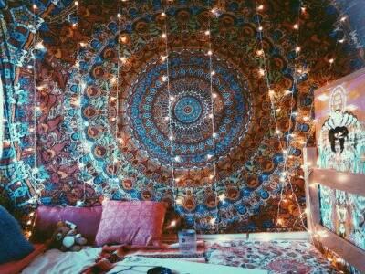 quarto hippie com mandala e pisca pisca