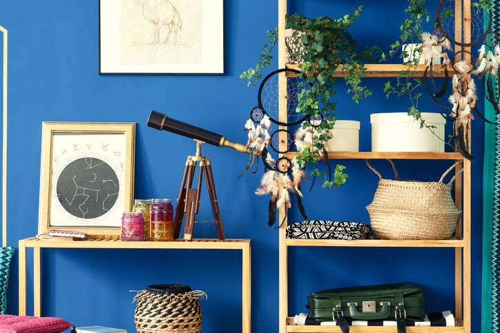 quarto hippie com parede azul