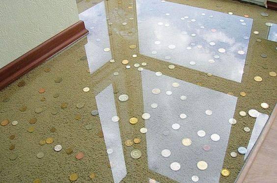 resina epoxi com moedas