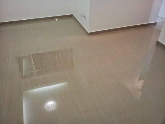 resina epoxi piso de madeira claro