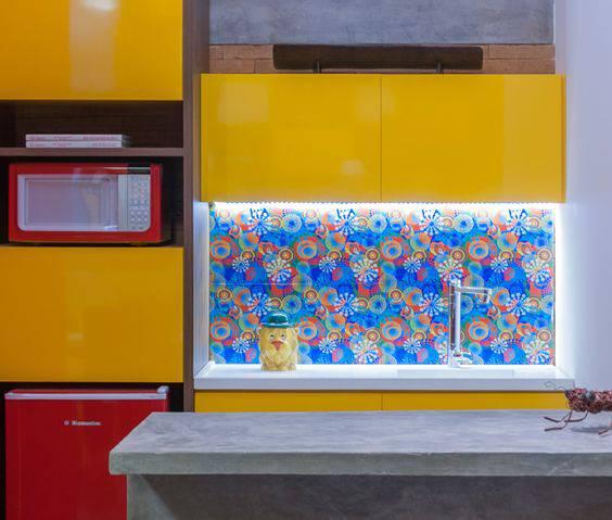 torneiras para cozinha colorida com papel de parede