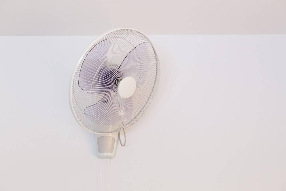 ventilador de parede branca