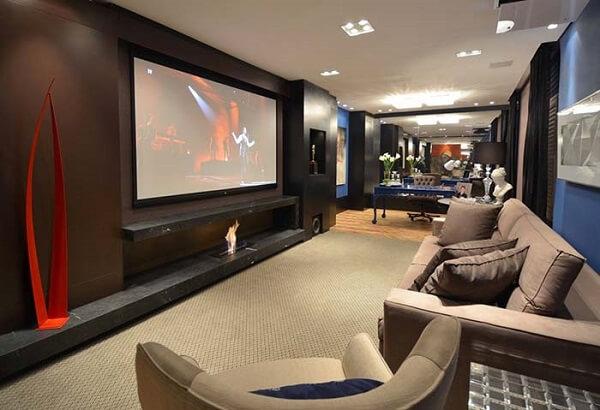 Cinema em casa com lareira elétrica