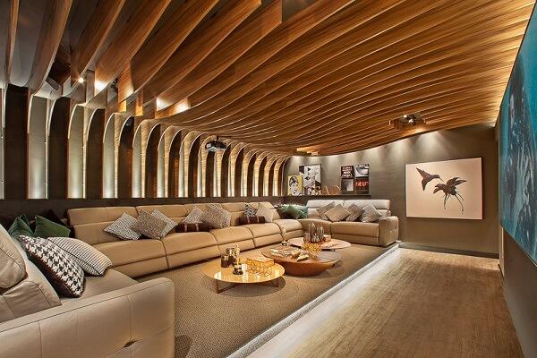 Teto de madeira para sala de cinema