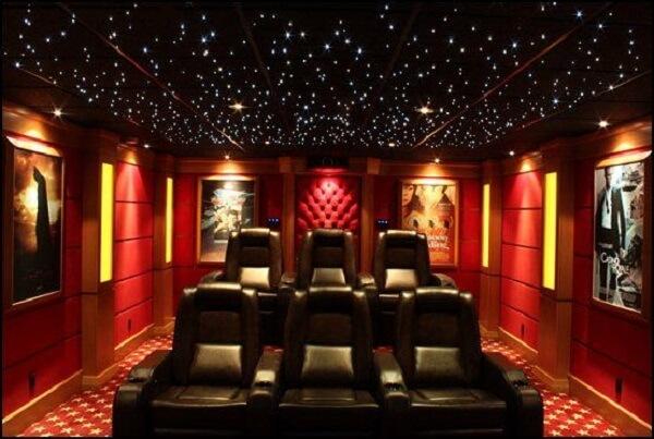 Cinema em casa com teto magnífico
