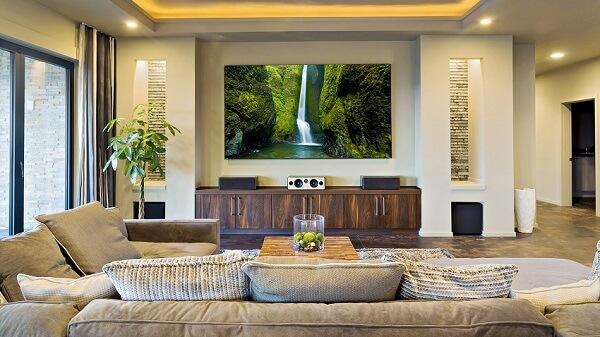 Cinema em casa com tela de projeção