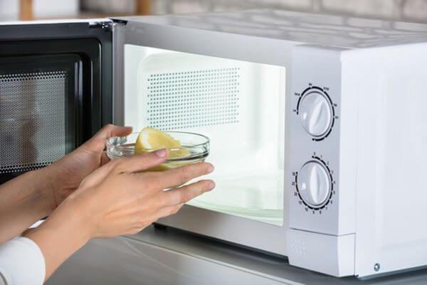 Aprenda como limpar microondas por dentro com limão