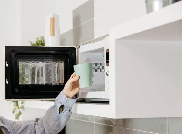 Use o detergente para limpar seu microondas