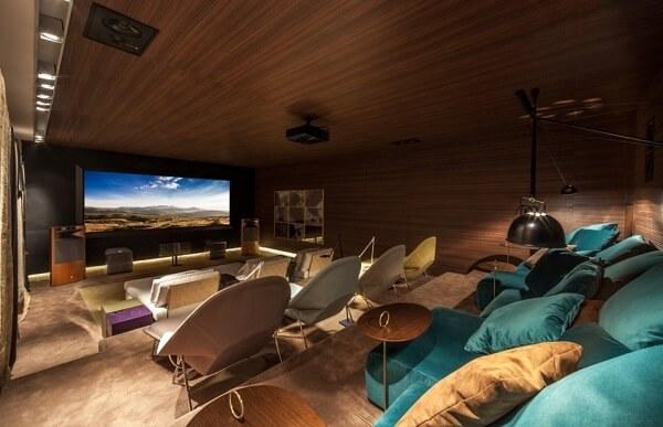 Poltronas e puffs confortáveis para sala de cinema