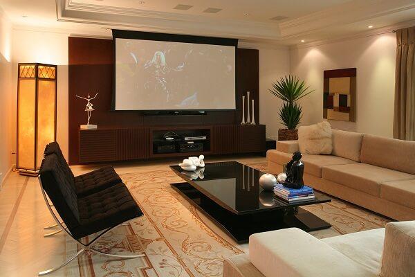 Cinema em casa com decoração clean