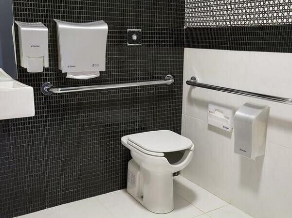Revestimento para banheiro preto e branco