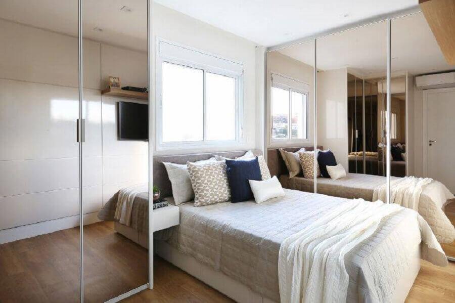 apartamento decorado com quarto de casal planejado com guarda roupa espelhado Foto Bianchi E Lima
